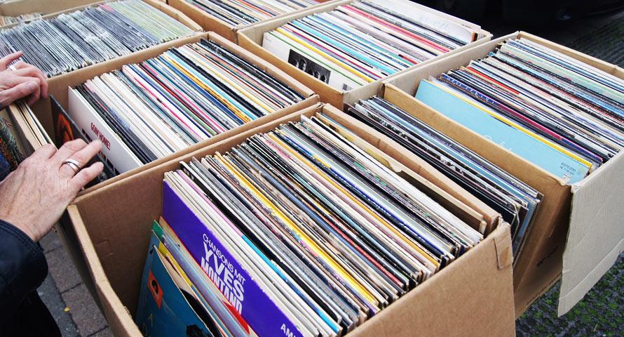 Schallplatten stöbern auf einem Flohmarkt in Hamburg