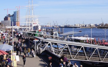 Die Landungsbrücken im Hamburger Hafen
