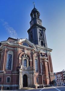 Die St. Michaeliskirche (der Michel) von vorne.