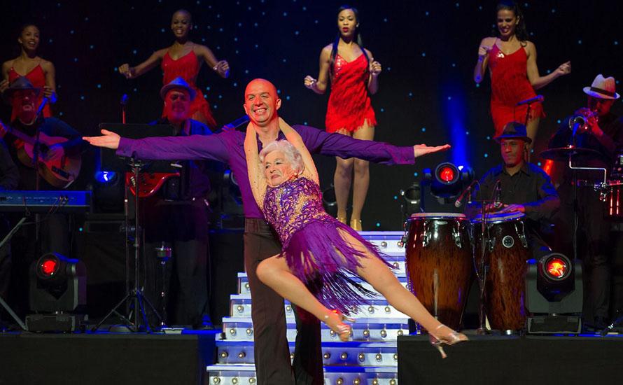 Älteste akrobatische Salsa-Tänzerin erobert das St. Pauli Theater