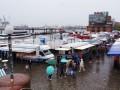 Der Hamburger Fischmarkt im Sommer-Regen
