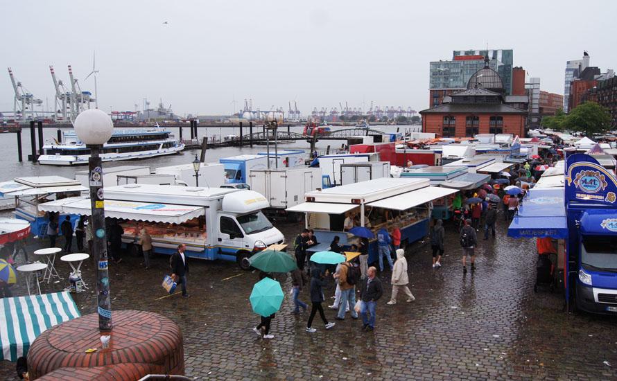 Fischmarkt am Hamburger Hafen bei Regenwetter
