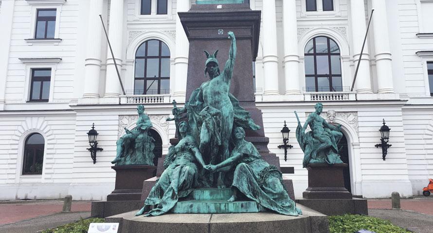 Statue vor dem Rathaus Altona