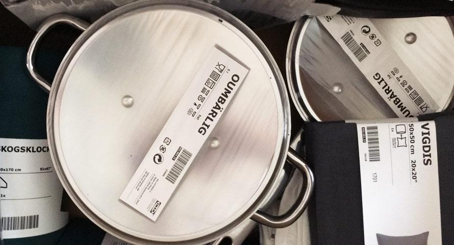 Einkaufskorb bei Ikea beladen mit Töpfen und Kissenbezügen