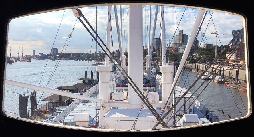 Traumhafte Aussicht von der Schiffsbrücke