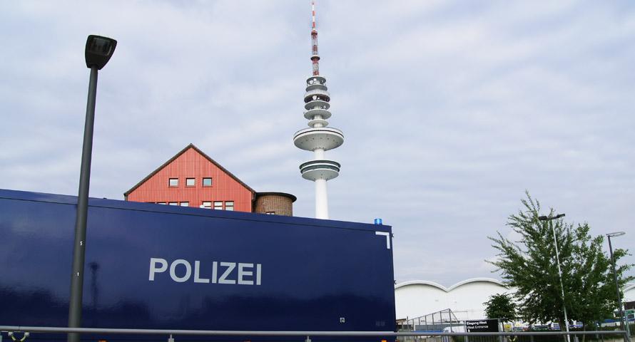 Polizeiwagen vor dem Hamburger Fernsehturm