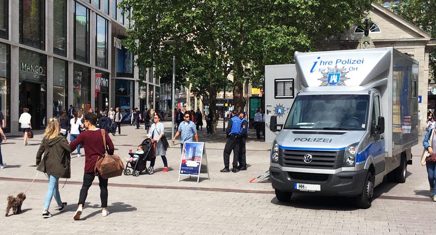 Infostand der Polizei in der Spitaler Straße