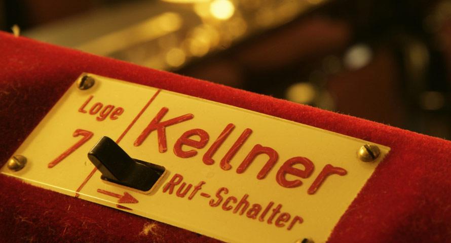 Klingelknopf am Tisch im Hansa Theater
