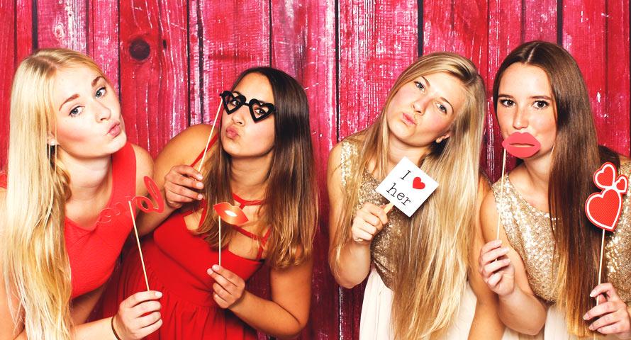 Mädels machen ein Selfie auf einer Hochzeitsfeier