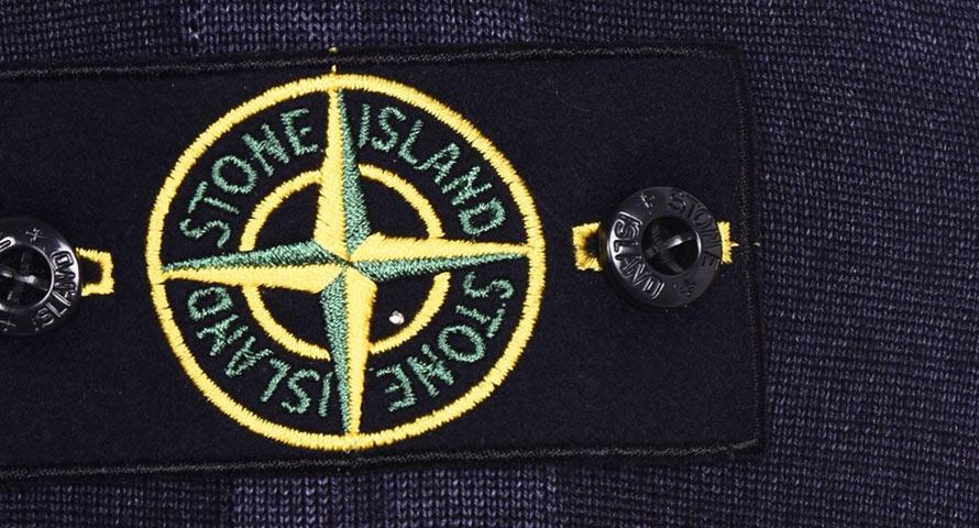 Stone Island, bekannt mit dem Badge, der wie ein Kompass oder auch Fadenkreuz aussieht.