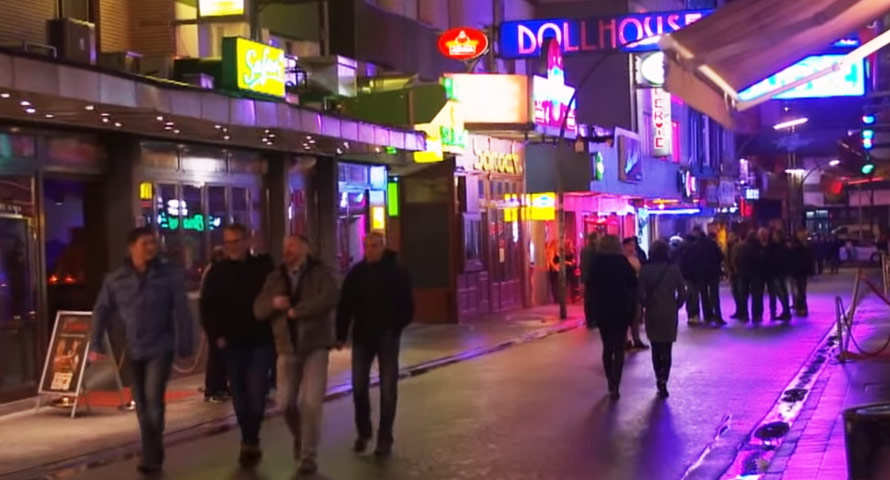 Ein TV-Team begleitet im Hamburger Stadtteil St. Pauli die beiden Türsteher Dennis und Ralf.