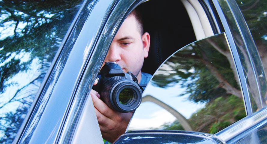 Detektiv fotografiert aus dem Auto heraus