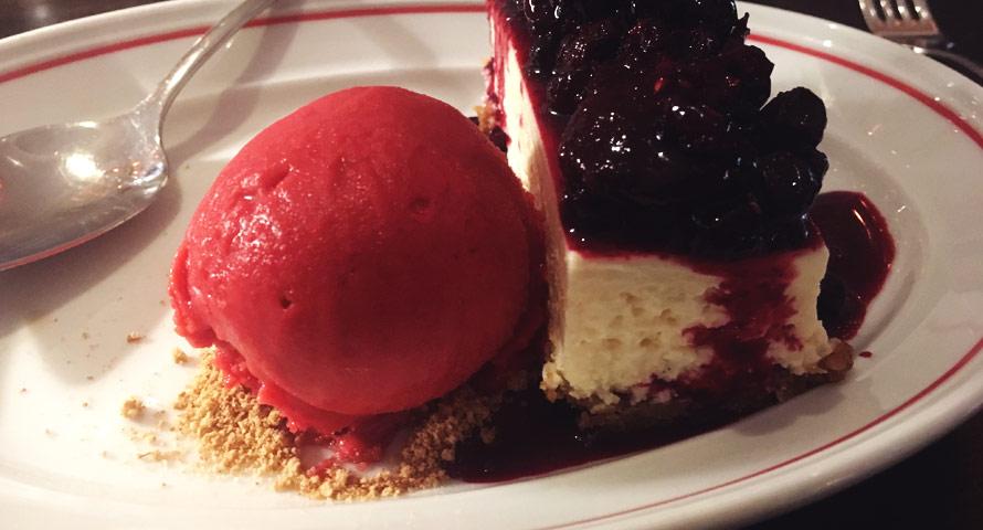 Cremiger American Cheesecake mit Eis