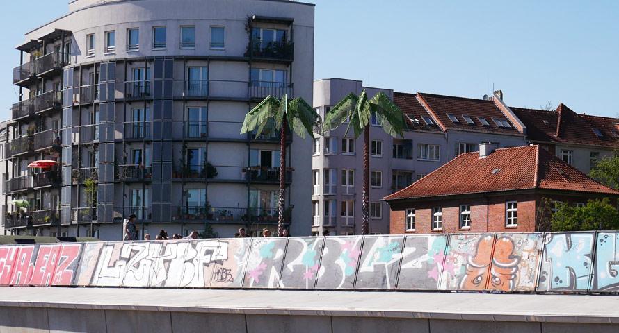 Die Palmen aus Plastik oberhalb des Fischmarktes
