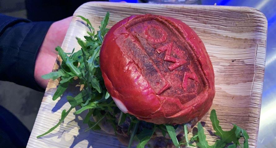 Burger im roten Brötchen mit Branding der Messe