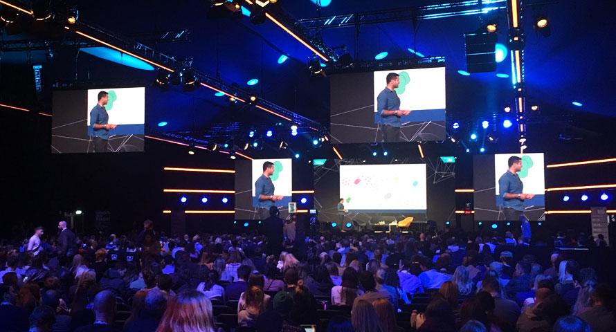 Online Marketing Rockstars - Speaker hält Vortrag auf der Bühne