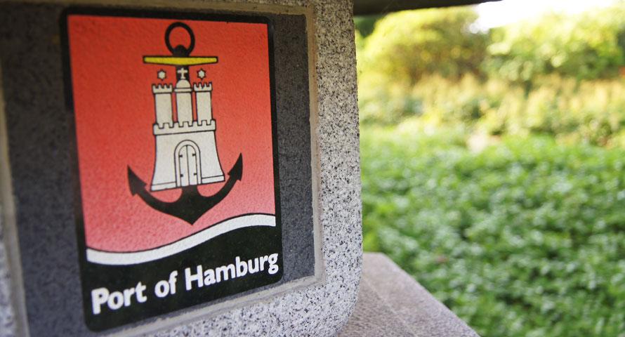 Port of Hamburg Emblem auf einer Steindeko