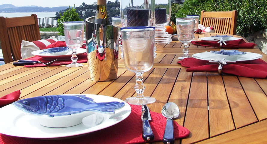 Hanseatisch gedeckter Tisch im Garten