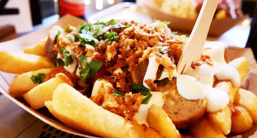 Currywurst-Pommes und Mozzarella Cheese Curds im Frittenwerk