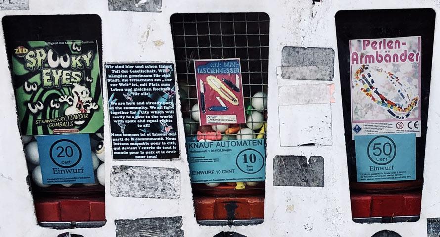 Schaufenster bzw. Schaugläser eines typischen Kaugummiautomaten